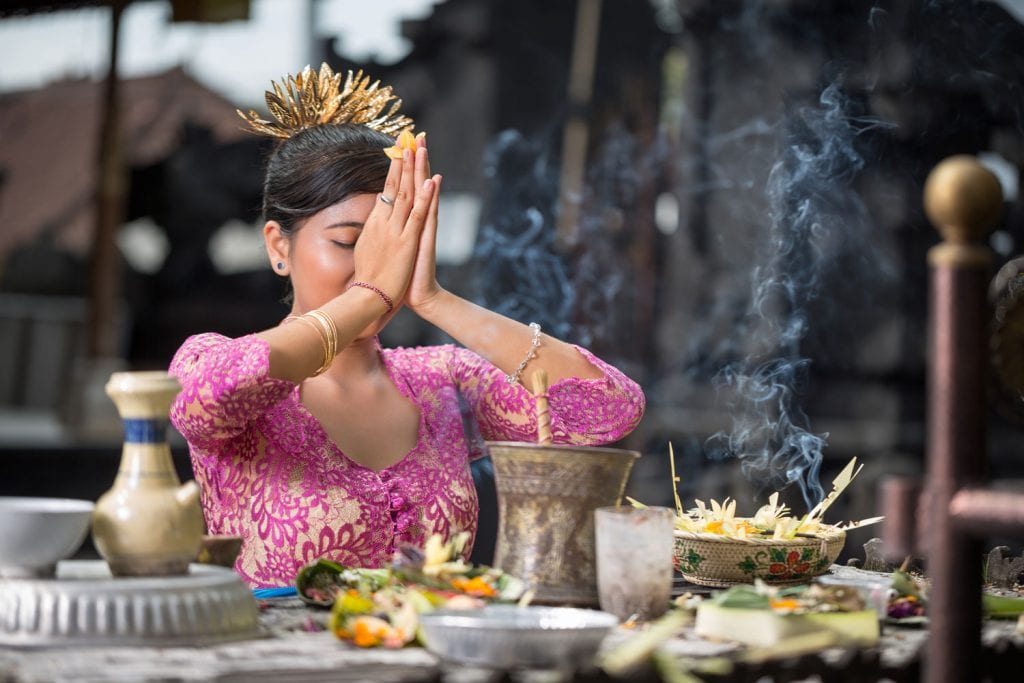 balinese woman praying at temple