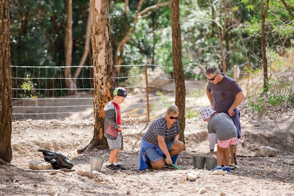 children mining thunder eggs at thunderbird park